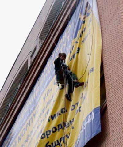 Как закрепить баннер на балконе..