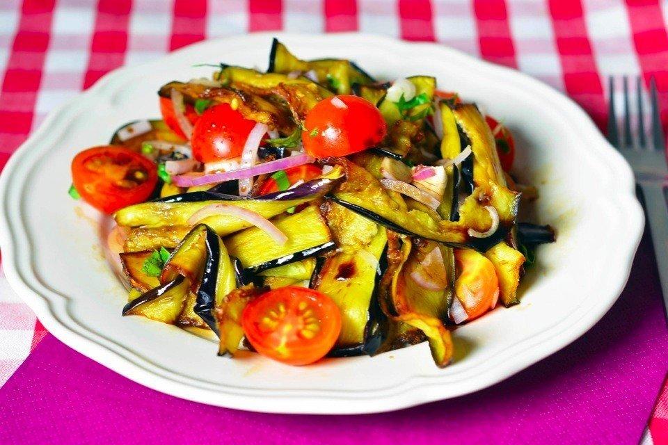 Салат с жареным баклажаном с фото