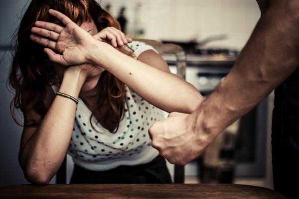 ВВолгоградской области мужчина изревности избил сожительницу допереломов