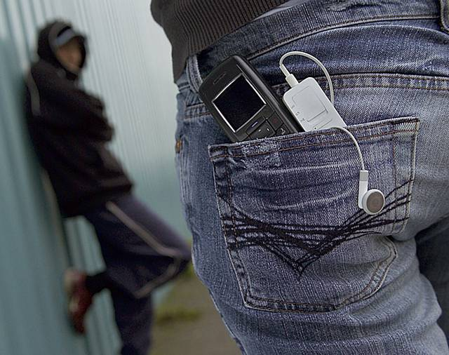 ВВолгограде трое парней похитили телефон уподростка