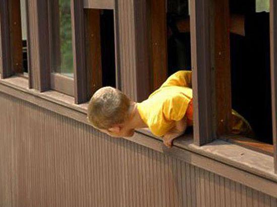 ВВолгограде шестилетний ребенок выпал изокна накозырек подъезда
